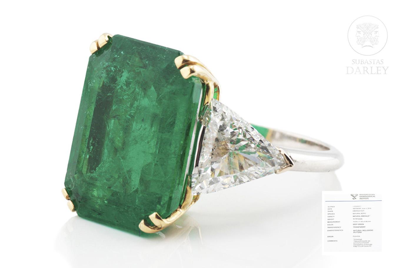 Anillo con gran esmeralda colombiana de 11,19ct y diamantes talla triangulo en ambos lados.